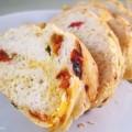 Italiaans brood met gedroogde tomaat en basilicum