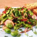 Salade met tuinboontjes, radijsjes en groene Tahinsaus