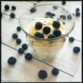 Yoghurtmousse met honing en blauwe bessen