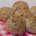 Italiaanse broodjes met kruiden en mozzarella