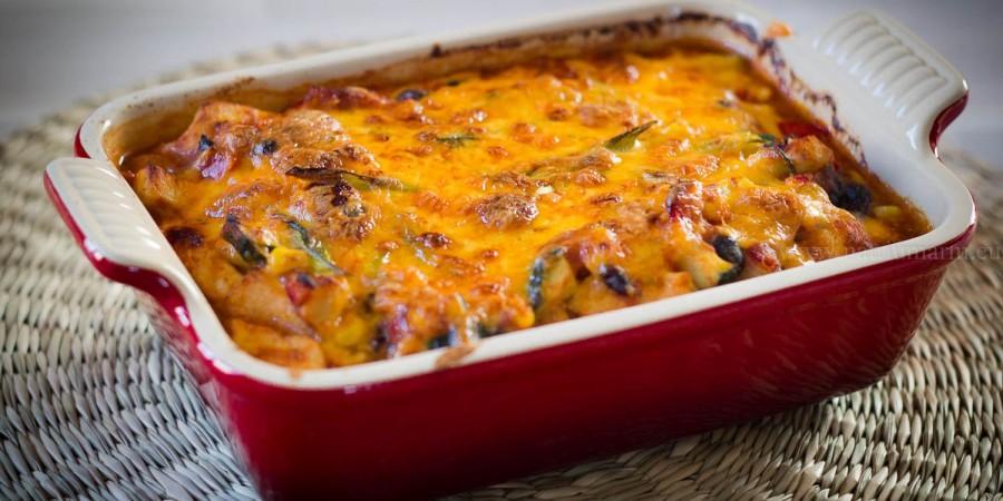 Mexicaanse kipschotel met veel groenten, en een beetje kaas.